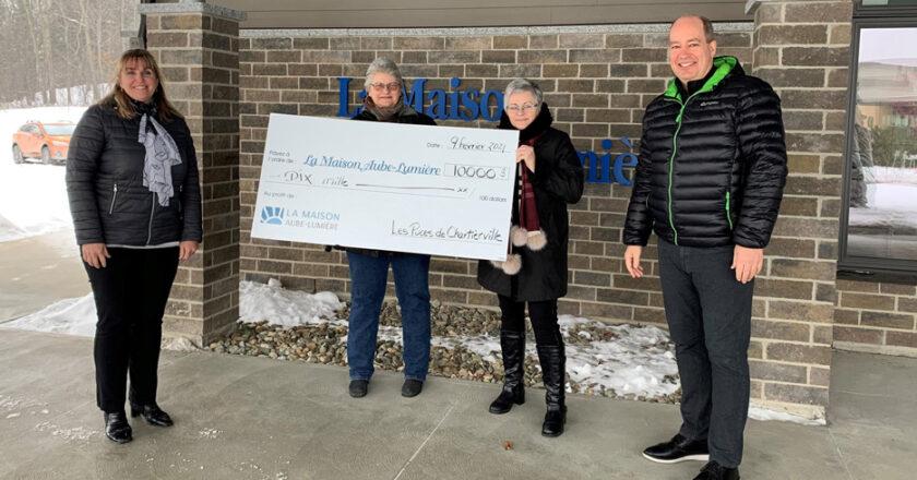 Les puces de Chartierville remettent 10 000 $ à Maison Aube-Lumière