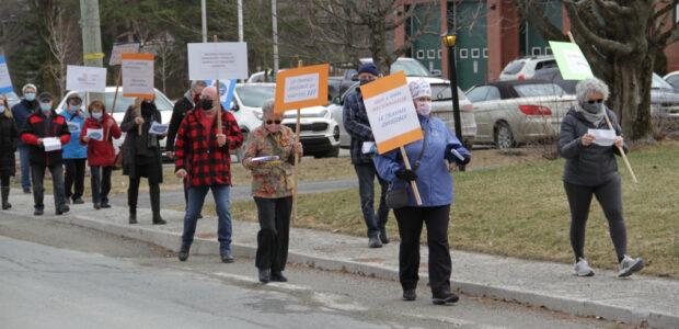 Près de 25 personnes marchaient dans les rues de Dudswell pour réclamer une Journée nationale du travail invisible